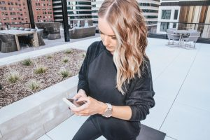 Popular Style blogger Lauren Meyer of The Lo Meyer Blog shares her review of the Garmin Vívomove HR: The Fashionable Smartwatch